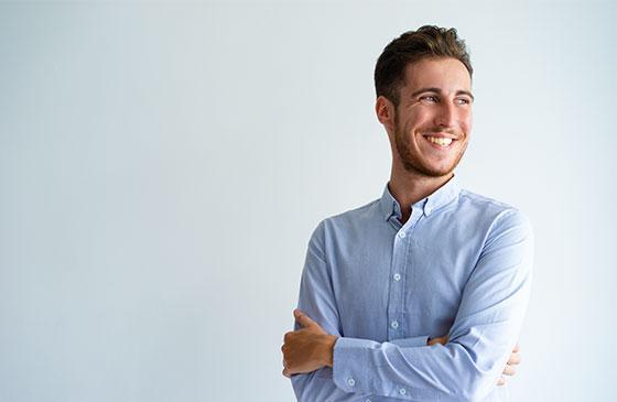 Homem sorrindo com Lente de Contato Dental.